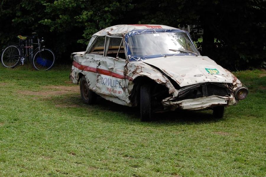 148 Weltrekorde hat dieser Wagen gebrochen. Er ist ein Held. <br> Aber gut, Bruce Willies sieht am Ende seiner Filme auch immer etwas mitgenommen aus.