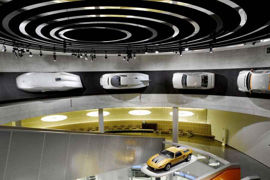 Der Rekordwagen hängt heute senkrecht im Mercedes-Benz Museum.