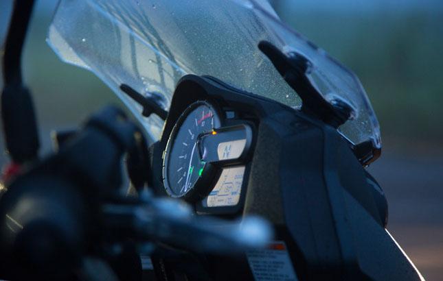 Die Neigungsverstellung des Windschildes ist so fein, dass Suzuki diese gleich patentieren ließ. Für die Höhenverstellung braucht man aber ein Werkzeug.