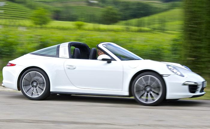 6-Zylinder-Boxer-Benziner, 3,5 Liter Hubraum, 350 PS und ein maximales Drehmoment von 390 Newtonmeter schieben den 1635 Kilo schweren Porsche an.